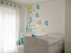"""A cliente da designer de interiores Letícia Laurino Almeida ainda estava em sua barriga quando a profissional começou este projeto. Ela queria que o quarto da sua própria filha, Betina, fugisse das cores tradicionais, por isso optou pelo verde. O espaço, de 10,5 m², ganhou o tema """"borboletas""""."""