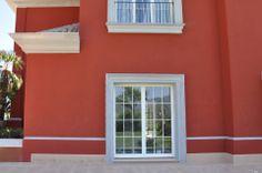 Villa de lujo en la Costa del Sol. Recercado de 30 cm de anchura para puertas laterales.