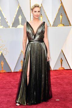 Charlize Theron com vestido de Tule e Plissado Metalizado, by Dior Couture. Oscar 2017 #redcarpet