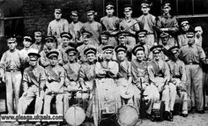 The Bridgeton Billy Boys, a notorious Glasgow Razor Gang of the and Leader of the gang was Billy Fullerton (front row, centre with Bass Drum). He died in poverty in 1962 and is buried in an unmarked grave in Glasgow, Scotland. Glasgow Scotland, England And Scotland, Scotland Travel, Gorbals Glasgow, Peaky Blinders Thomas, Gangs Of New York, Scottish People, Irish Catholic, Rangers Fc