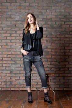 Giacca in similpelle con punte Jeans boyfriend con strass e borchie