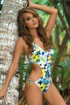 Luxusní jednodílné pestrobarevné plavky Natalie s motivem květů od značky She mají velmi ženksý střih. Plavky zdobí průstřihy na bocích, což krásně podtrhuje ženské křivky.