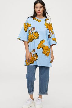 Wide-cut T-shirt Dress - Light blue/Garfield - Ladies Aesthetic Fashion, Aesthetic Clothes, Bershka Outfit, Graphic Tee Outfits, Graphic Tees, Dope Shirt, Surfer Girl Style, Girl Fashion, Fashion Outfits