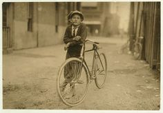 Messenger boy working for Mackay Telegraph Company, said fifteen years old. Exposed to Red Light dangers, Waco, Texas, by Lewis Wickes Hine 1913 Waco Texas, Texas Usa, Cycle Chic, Labor Photos, Old Photos, Iconic Photos, Antique Photos, Robert Doisneau, Henri Cartier Bresson