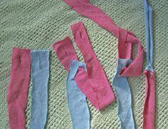 The Easiest Version of a Rag Rug — Rural Urbanite Photo of the strip joining method from Natural Life Magazine Yarn Crafts, Fabric Crafts, Sewing Crafts, Rag Rug Diy, Tshirt Garn, Braided Rag Rugs, Rag Rug Tutorial, Crochet T Shirts, Fabric Yarn