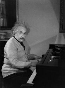 ¿Cuántos matemáticos son músicos? ¿Cuáles son las razones para esta aficción musical de los matemáticos? En primer lugar, la armonía está basada en las observaciones de Pitágoras sobre los números (recuerden la entrada La escuela pitagórica y la música). Pero además, la música está llena de repeticiones y simetrías en su estructura (Bach es el paradigma). Y finalmente, música y matemáticas precisan de ejercicio continuado, así como de un talento especial si queremos acceder al virtuosismo…