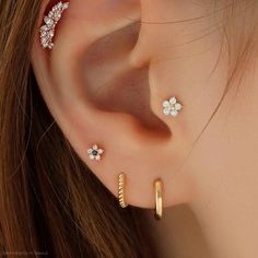 Tiny Flower Tragus Labret Piercing in Gold The actual incidence Tragus Piercings, Percing Tragus, Pretty Ear Piercings, Ear Lobe Piercings, Multiple Ear Piercings, Tragus Earrings, Tragus Piercing Jewelry, Ear Jewelry, Cute Jewelry