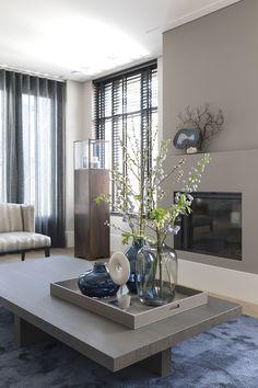 Interieur - Anneke Gambon Coffee Table Arrangements, Decorating Coffee Tables, Room Inspiration, Interior Inspiration, Diy Window Shades, Diy Kitchen Decor, Home Decor, Elegant Living Room, Apartment Living