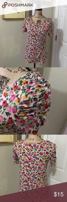 9-h15 stcl floral top Super cute with a three button detail on the shoulders. Almost new! 9-h15 stcl Tops Tees - Short Sleeve