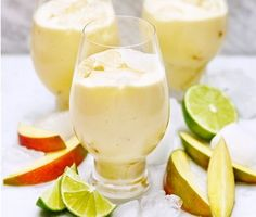 Mango colada, made from lime, coconut milk, mango and some sugar. Juice Smoothie, Smoothies, Healthy Drinks, Healthy Recipes, Healthy Foods, Non Alcoholic Drinks, Beverages, Cocktails, Nice Cream
