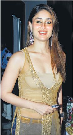 Kareena Kapoor honoured by Rotary Club in Grand Hyatt on Feb 2009 Kareena Kapoor Navel, Kareena Kapoor Images, Kareena Kapoor Khan, Deepika Padukone, Bollywood Actress Hot Photos, Bollywood Girls, Beautiful Bollywood Actress, Bollywood Fashion, Hot Actresses