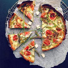 Vanløse blues.....: Forårstærte med tomat, asparges & feta - på kødbund