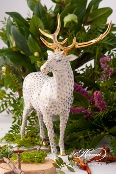 Elk figurine made of fine china. Painted with 24 Karat gold Height: cm This piece is for chief desks! Scale Design, Fish Scales, Fine China, Goldfish, Elk, Reindeer, Moose, Giraffe, Porcelain