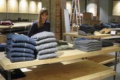 Hier legt unsere Storemanagerin Lara noch selbst Hand an. Stück für Stück werden die Kartons ausgepackt. #backyardbackstage