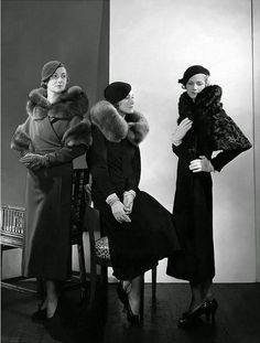 Photo Edward Steichen 1932 - Models wearing (from left) wool coat with fur collar and armbands; wool coat with blue fox collar by Lanvin; and wool coat with caracal collar and sleeve trimming by Mainbocher. Edward Steichen, Foto Fashion, 1930s Fashion, Fashion History, Vintage Fashion, Fashion Art, Classic Fashion, Classic Style, Fashion Tips