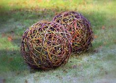 Willow ball for garden decor. Rock Crafts, Diy And Crafts, Crafts For Kids, Handmade Christmas Gifts, Upcycled Crafts, Nature Crafts, Garden Art, Garden Ideas, Natural Materials