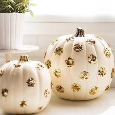 The perfect DIY pumpkins to add a touch of gold to your Halloween decor...with sequins!! Great backdrop for somethin anyways!
