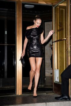 Candice Swanepoel is seen leaving the Oscar de la Renta Show during NYFW on September 2019 in New York City Leather Mini Dress, Leather Dresses, Leather Skirt, Leather Outfits, Candice Swanepoel Style, Look Street Style, Christian Louboutin So Kate, Model Look, Anna Wintour