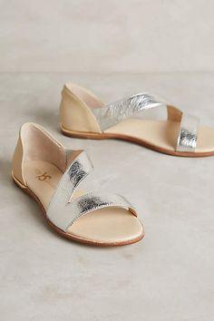 Anthropologie's New Arrivals: Sandal Season Sandalias Casey Metallic de Yosi Samra Pretty Sandals, Pretty Shoes, Beautiful Shoes, Cute Shoes, Me Too Shoes, Zapatos Shoes, Shoes Sandals, Flat Sandals, Metallic Sandals