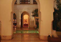 @DarAssoura, est une maison d'hôtes de la #medina de #Marrakech. Pour égayer la #rénovation et le #patio minéral, l' #eau et le #jardin ont trouvé leurs place. L'eau jaillit du mur et s'écoule vers le #bassin par une #seguia en #tadlakt, rafraîchissant les #massifs au passage. Le bassin #jacuzzi est agrémenté de deux #bancs immergés. #Palmiers, #papyrus, #fougères, #rosiers et #couvre-sol en #plumbago rampant #Riad Dar Assoura #guest-house #meddina #jacuzzi #palm #ferns #rosebushes…