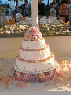 Pedazo de tarta de diseños kunda lini Tarta con flores naturales  Boda Kiko y Bea  Junio 2012 #entretodospodemos