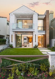 The Difference Between Modern Interiors And Traditional Interior Home Design Custom Home Designs, Custom Homes, Whitewash Brick House, German Houses, Design Exterior, Modern Exterior, Interior Modern, White Wash Brick, Deco Addict