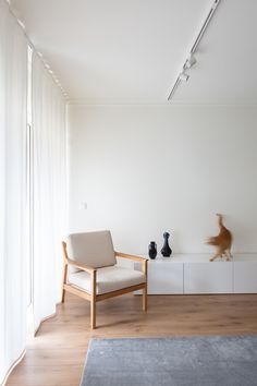 Lola Cwikowski Studio has overhauled the Carnide Apartment in Lisbon to feature minimalist interiors that offset the hectic lifestyles of its owners. Minimalist Apartment, Minimalist Interior, Lisbon Apartment, Central Table, White Sideboard, Minimal Kitchen, Neutral Walls, London House, Kitchen