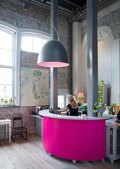 Розовый ресепшен стойка. Акриловый камень и цвет. Дизайн офиса, салона, студии.