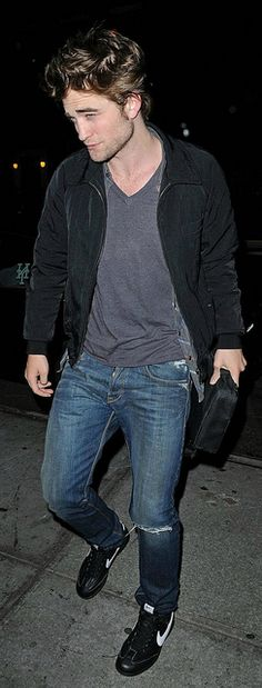 Rob Pattinson out in NYC - June 2009  **He says that the pappz lights blind you if you look at them**