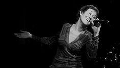 Vocalista, poetisa, compositora, Sandra Rehder –una de las mejores voces del tango actual– vuelve a pasearse por sus territorios más queridos: la música rioplatense, el folclore, la poesía... Y lo hace de la mano de dos compañeros de lujo: Fulvio Paredes, guitarrista de una prodigiosa ...