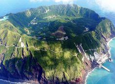 остров Аогашима, Япония. Площадь острова 2,5 на 3,5 км. Жизнь в кратере вулкана