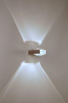wandlamp 64101: Een exclusieve design wandlamp voor een bijzondere lage prijs. Deze schitterende wandlamp van metaal valt op door zijn strakke armatuur van geborsteld staal. Vooral het mooi geslepen glas is heel bijzonder en geeft de lamp extra sierwaarde. Wanneer de lamp brandt geeft dit een speciaal effect op de wand zoals de midzomernachtzon de lucht verlicht in het noorden van Noorwegen (zie extra foto's op de site).