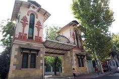 La primera colonia de España subvencionada por la Ley de Casas Baratas se levantó en 1911 en el barrio deCarabanchel, concretamente en la frontera entre el Alto y el Bajo. Se trataba de la Colonia de la Prensa. La puerta de entrada a la colonia es un claro ejemplo de modernismo