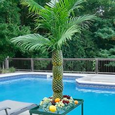 How to Make a Pineapple Palm Tree for a Serving Tray Perfect for tropical-themed parties, this palm tree serving tray and centerpiece is made of pineapples stacked on top of each other. Aloha Party, Moana Birthday Party, Hawaiian Birthday, Hawaiian Theme, Tiki Party, Luau Birthday Parties, Hawaiian Luau Party, Moana Party, Birthday Cake