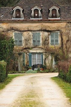 Provence, France photo via susan French Cottage, French Country House, French Farmhouse, Rustic French, Country Life, Beautiful Homes, Beautiful Places, Purple Home, Provence France