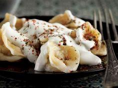 Hamuru için gerekli malzemeleri yoğurma kabına alın. Ele yapışmayan bir hamur elde edecek şekilde yoğurun. Kıvam alan hamurun üzerini nemli bir bezle örtüp 40 dakika dinlendirin. İç harcı için kıymayı bir kaseye alın. Yemeklik doğradığınız soğanı ekleyin. Tuz ve karabiber ilave edip oğurun. Dinlenen hamuru unlanmış tezgahta bir merdane yardımıyla açın. Hamurdan 8x8 cm ölçülerinde kareler kesin. Karelerin ortasına kıymalı harçtan yerleştirin. Uçlarını üst üste getirerek bohça şeklinde kapatın…