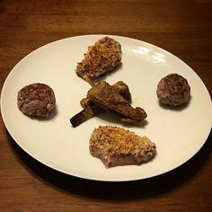 ラムのハンバーグとパン粉焼きと香味揚げと赤ワイン #羊 #羊肉 #lamb #mutton #プレート #plate #lambchops #ラムチョップ #ハンバーグ #hamburger #ステーキ #steak #にんにく #garlic #肉 #meat #rare #オリーブオイル #oliveoil #パン #bread #夕食 #ディナー #dinner #家飲み #oven #ワイン #wine #vin #vino
