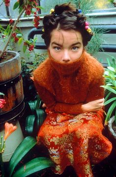 Bjork also flawlessly pulls off the all orange looks. Her turtle neck looks totally cozy and is actualized by her gorgeous embroidered floor length skirt. I love everything about this outfit. Photo Rock, Pretty People, Beautiful People, 1990 Style, Fotojournalismus, Disco Songs, Street Style Vintage, Hipster Grunge, Bjork