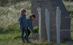 1. juni er det præcist 101 år siden, at Jyllandsslaget fandt sted på Nordsøen. Derfor blev der  torsdags aften for første gang afholdt en minde-sammenkomst ved Mindeparken i Thyborøn.  Foto: Jørgen Kirk