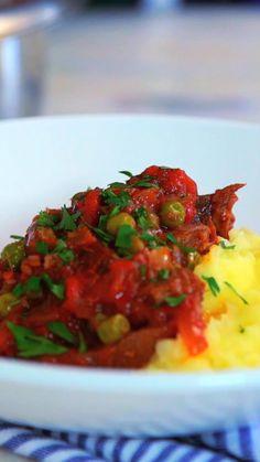 Aprenda a preparar língua com molho vermelho e ervilhas, um prato nutritivo, gostoso e barato.