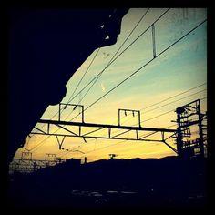 どこかの駅の夕暮れ。ふらりと電車に乗りたくなる。