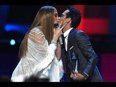 Jennifer López entrega Grammy y beso en la boca a Marc Anthony