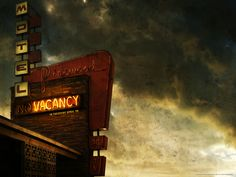 Watch Streaming HD Vacancy, starring Kate Beckinsale, Luke Wilson, Frank Whaley, Ethan Embry. A young married couple becomes stranded at an isolated motel and finds hidden video cameras in their room. They realize that unless they escape, they'll be the next victims of a snuff film #Horror #Thriller http://play.theatrr.com/play.php?movie=0452702