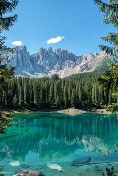 Le lac de Carezza (Ted. Karersee) est un petit lac de montagne situé dans la haute Eggental à 1534 m dans la municipalité de Nova Levante (BZ), environ 25 km de Bolzano. Il est situé au milieu des forêts denses de sapins et se trouve sous les pentes du Latemar, qui se reflète dans ses eaux cristallines.