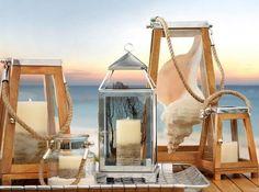 Romantische Atmosphäre mit Windlicht-Laternen aus Holz und Glas