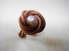 De nudos y cuentas: Tutorial anillo de cuero y perlas