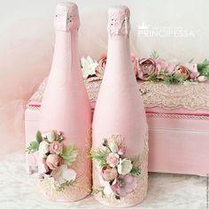 Recycled Glass Bottles, Plastic Bottle Crafts, Painted Wine Bottles, Wine Bottle Art, Wine Bottle Crafts, Diy Wedding Deco, Bling Bottles, Wedding Invitations Elegant Modern, Estilo Shabby Chic