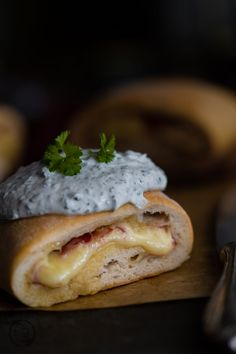 Handbrot Recipe for delicious hand bread as from the Christmas market. Yeast dough with ham, cheese and a fresh herb quark – who can resist it ? Pizza Recipes, Bread Recipes, Snacks Für Party, Food Lists, Bread Baking, Pain, Pizza Logo, Queso, Finger Foods