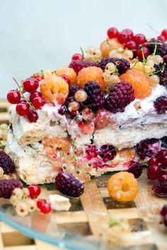 Vegan Lavender Pavlova with Mixed Berries Aquafaba Recipes, Lavender Scent, Mixed Berries, Piece Of Cakes, Pavlova, Vegan Gluten Free, Crisp, Healthy Living, Healthy Recipes
