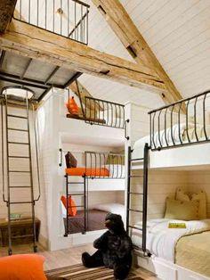 Dortoir avec des lits à barreaux